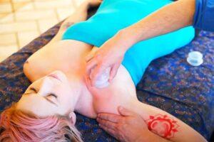 【マッサージ動画】腋~胸部のカッピング施術を受けるタトゥー女性