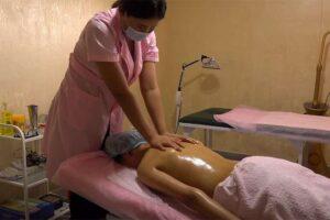 【マッサージ動画】保健室みたいな場所でオイルマッサージ施術を受ける女性