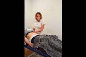 【マッサージ動画】白衣の金髪熟女が下着姿の女性にリンパマッサージ施術を行う様子