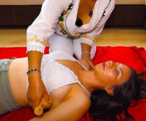 【マッサージ動画】グラマラスな巨乳女性がツボのような器具でツボを刺激される