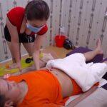 【マッサージ動画】巨乳を強調した格好のセラピストが下腹部を揉んでくれる