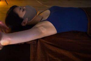 【リンパマッサージ動画】ワキの下のホクロがエロティックなお姉さんがワキと腕のマッサージを受ける様子