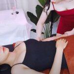 【指圧マッサージ動画】ニワトリの鳴き声が時折聞こえる中、指圧マッサージを受ける女性