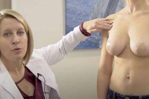 【セルフマッサージ動画】豊胸手術したおっぱいのケアについて解説する医師