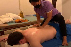 【タイ古式&オイル】全裸男性に施術を施すタイ人女性