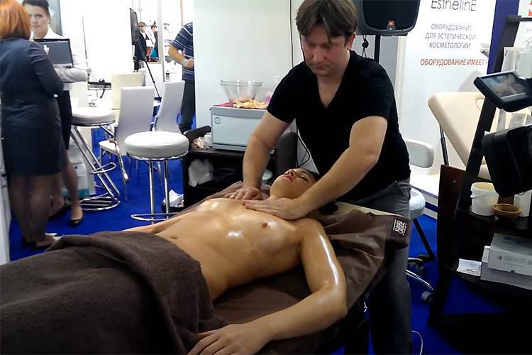【Hなマッサージ動画】乳首がビンビンな女性にオイルマッサージを施す男性セラピスト