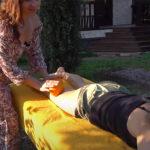 【マッサージ動画】ハチミツとオレンジを使って金髪グラサン女のケツをゴリゴリ!