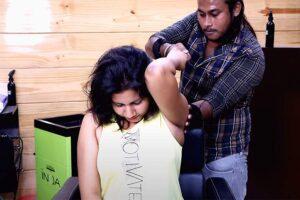 【ボキボキ整体動画】ノースリーブ姿のインド人女性、荒っぽい施術を受ける