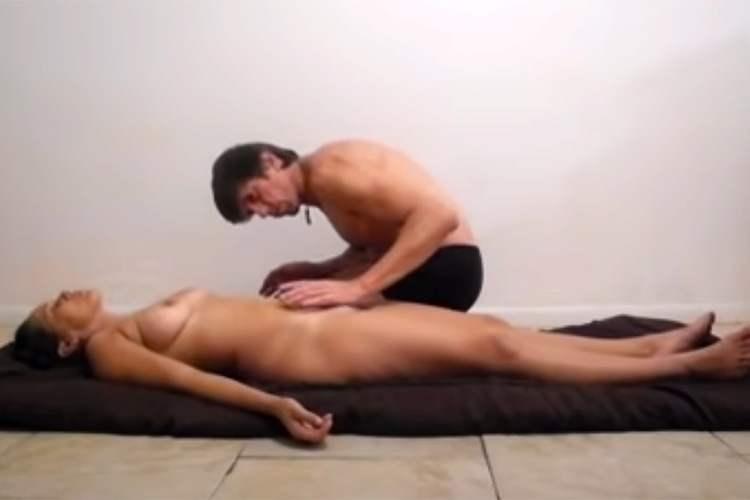 【気功動画】全裸で横たわる女性に手をかざして何かをやってるパンツ一丁の男性