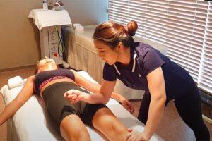 【マッサージ動画】パッツンパッツンなスポーツウェア姿の女性が施術を受ける様子