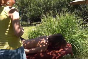 【マッサージ動画】素敵なお庭でマッサージを受ける水着姿の女性