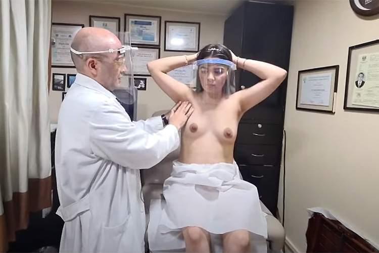【婦人科検診動画】フェイスシールドを付けておっぱいを診察する医師