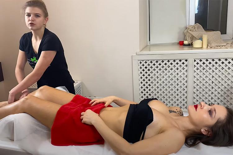 【リンパマッサージ動画】固そうなおっぱいをした若い女性が施術を受ける