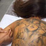 【背面オイルマッサージ動画】背中にご立派なモンモンが入った若い女の子に施術
