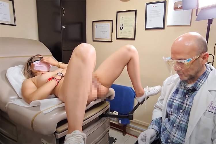 【医療解説動画】全裸になった女性の膣に指を突っ込んで、膣を締めたり緩めたりする体操を指導する医師