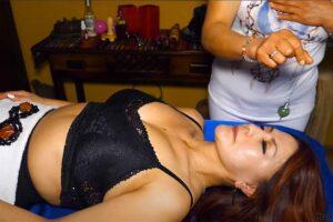 【マッサージ動画】ムッチリ熟女がムッチリ熟女に催眠術を掛けた上で身体を揉む