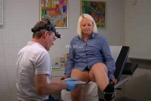 【婦人科検診動画】ぽっちゃり白人女性の性器を診察する様子