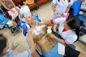 【剃毛動画】3人の女性理容師に全身の体毛を剃って貰う男性