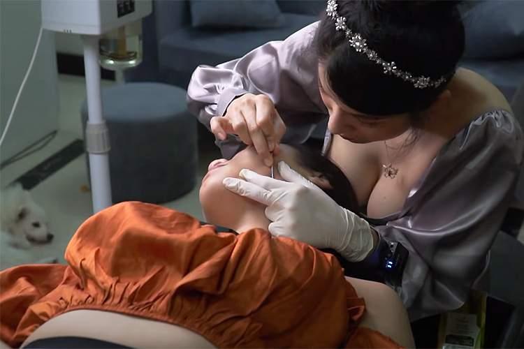 【マッサージ動画】おっぱいとわんことどっちを見れば良いか迷う顔の角栓取り動画