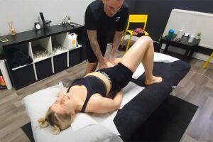 【指圧マッサージ動画】股関節辺りのリンパをゴリゴリとやられて悶絶する女性